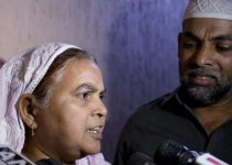 Mumbai: Ishrat Jahan's mother Shamima Kausar interacts with media during a press conference  about David Headley's statement at Thane in Mumbai  on Thursday. PTI Photo(PTI2_11_2016_000210a)